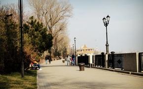Picture the sun, people, promenade