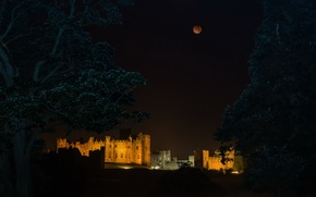 Picture eclipse, Alnwick Castle, red moon