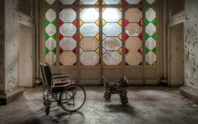 Picture room, the door, strollers
