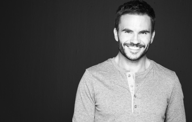 Photo wallpaper smile, background, actor, male, Juan Pablo Raba