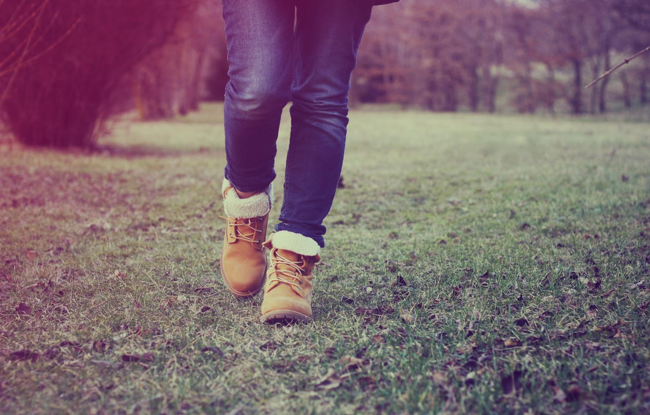 Photo wallpaper grass, feet, jeans, shoes, step