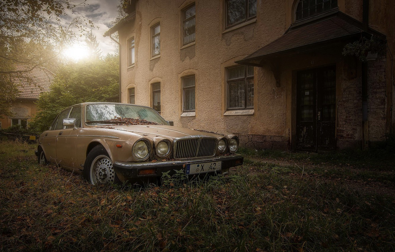 Photo wallpaper machine, house, abandoned jaguar