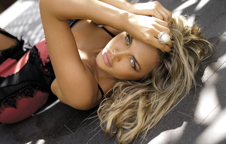 Photo wallpaper look, girl, model, blonde, lies, ring, looks, very beautiful, beckons, Adelina Tomhson, soblaznyaet
