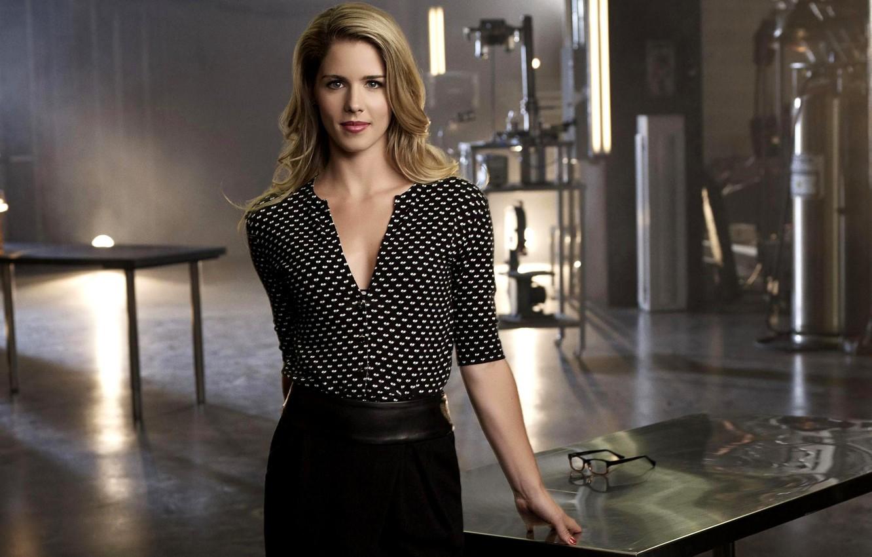 Photo wallpaper girl, table, actress, glasses, blonde, the series, Arrow, Arrow, season 2, Emily Bett Rickards, Felicity …