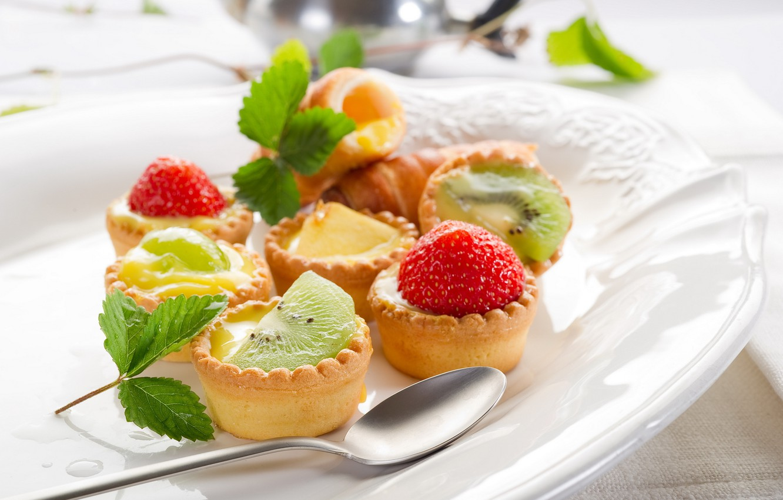 Photo wallpaper leaves, food, kiwi, strawberry, plate, green, spoon, fruit, leaves, cakes, sweet
