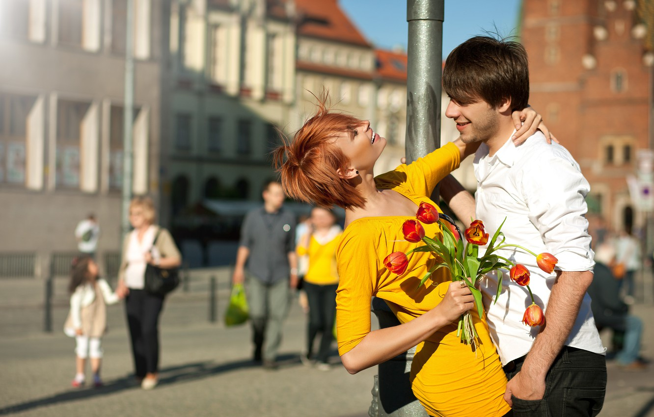 Photo wallpaper girl, flowers, the city, people, bouquet, positive, post, dress, pair, tulips, red, guy, smile