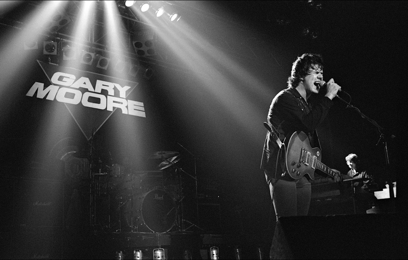 Photo wallpaper singer, Gary Moore, musician, 1983, stage, Manchester Apollo, guitarrist