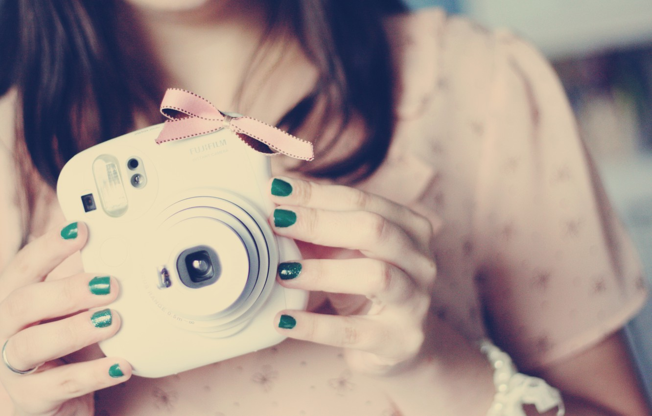 Photo wallpaper girl, green, photo, background, pink, Wallpaper, mood, brunette, the camera, bow, nails, lacquer