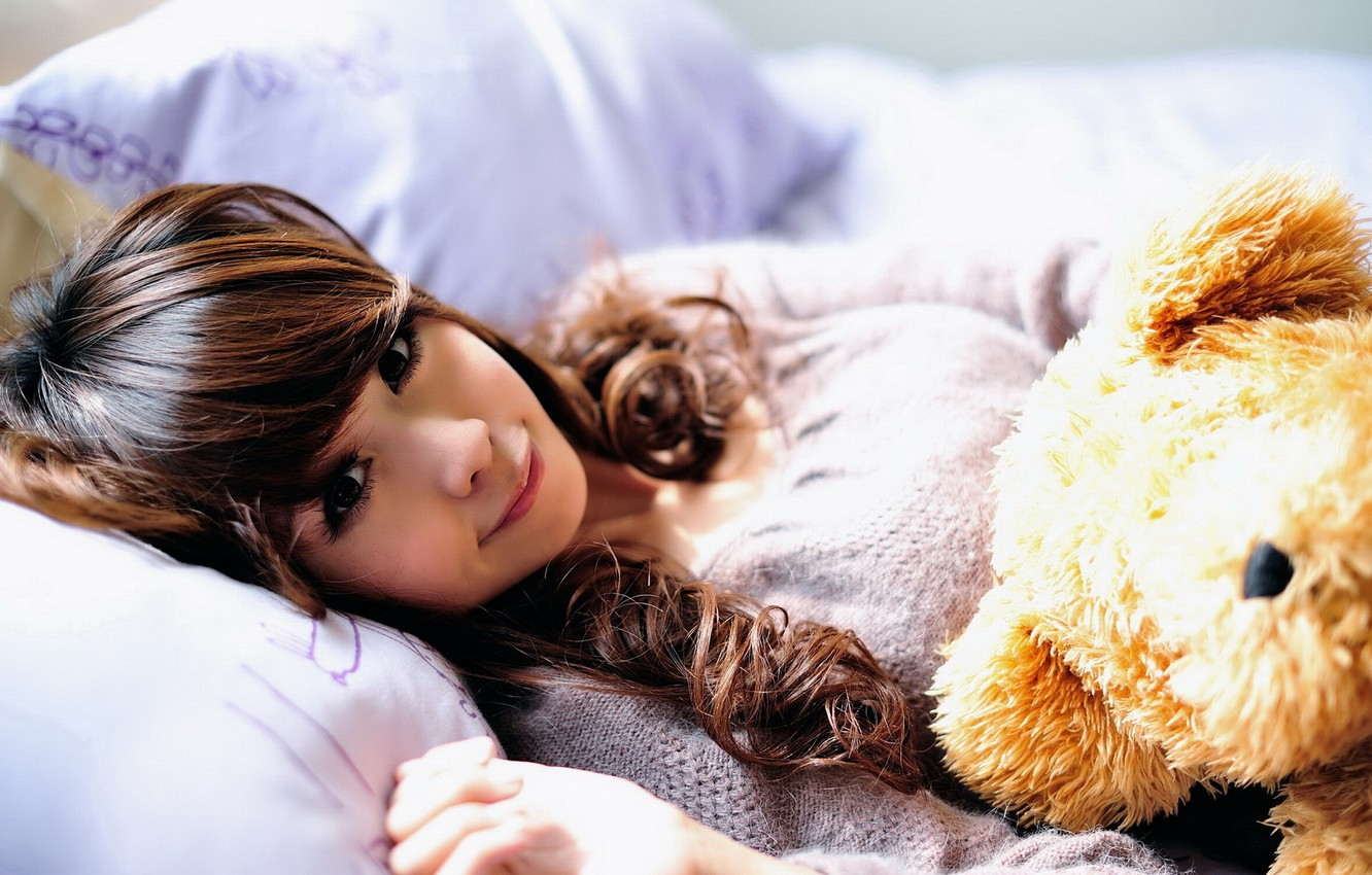 Photo wallpaper girl, smile, toy, pillow, bear, bed, Asian, the sun's rays